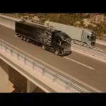 Går på lina mellan två lastbilar - Volvo FH reklamstunt