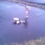 Rysk kille dyker ner i en frusen sjö