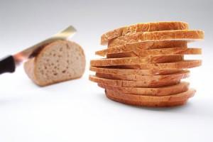 bröd skivor och kniv