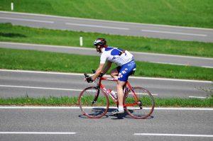 cyklist racer på väg